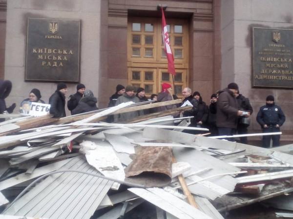 ВКиеве владельцы МАФов завалили мэрию мусором
