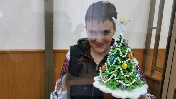 Савченко подарила российским судьям елку