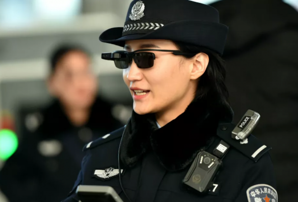 Смарт-очки используют полицейские города Чжэнчжоу