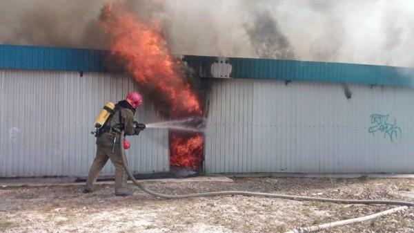 Площадь пожара 800 кв.м.