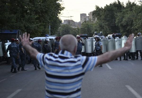 Полиция хочет разобрать баррикады