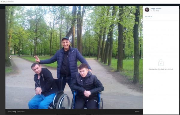 Российские военные в парке при госпитале в Санкт-Питербурге