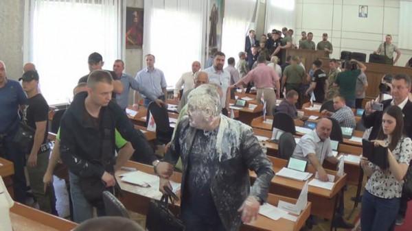Стрельбу открыл облитый кефиром депутат