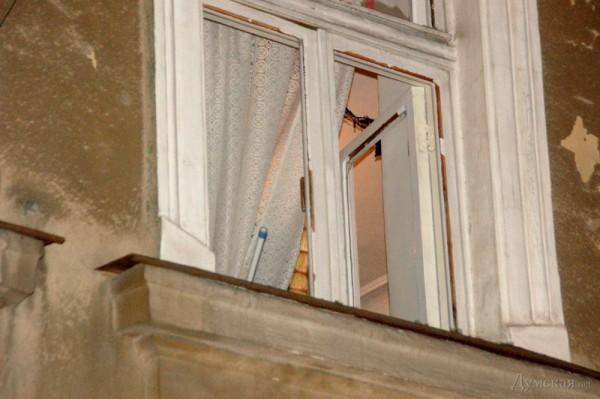 От взрыва повылетали окна в доме напротив