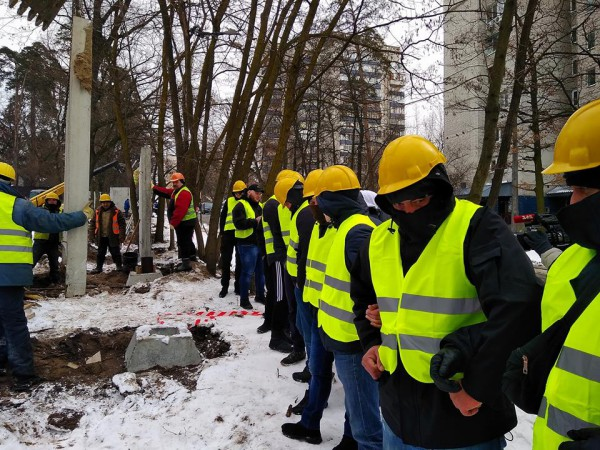 Титушки в форме строителей закрывали лица балаклавами