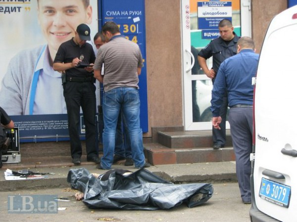 Один из мужчин в ходе конфликта на глазах у прохожих нанес другому смертельное ножевое ранение