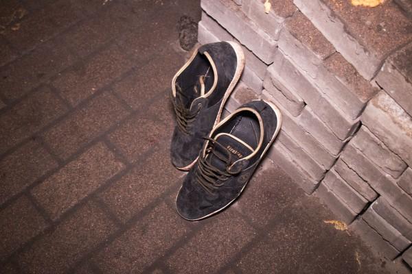 Обувь мужчины аккуратно стояла рядом
