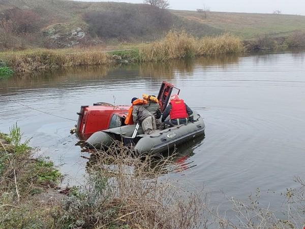 Спасатели добрались к авто на лодке