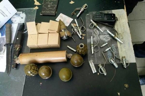 У пассажира было 5 гранат, 9 запалов, дымовая шашка, 100 патронов и два ножа