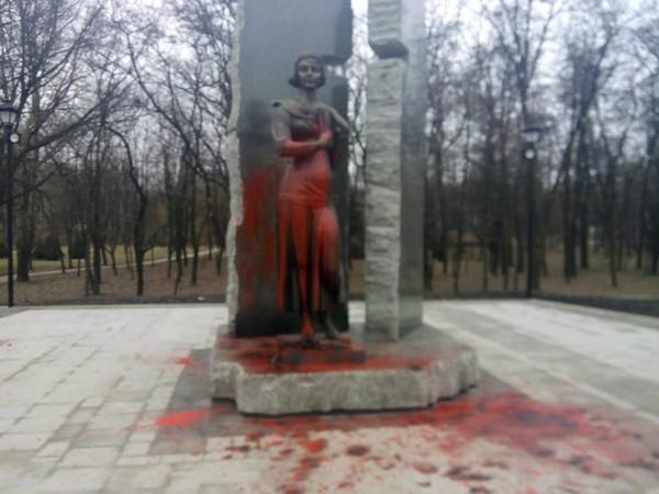 Вандалы облили памятник Телиге красной краской