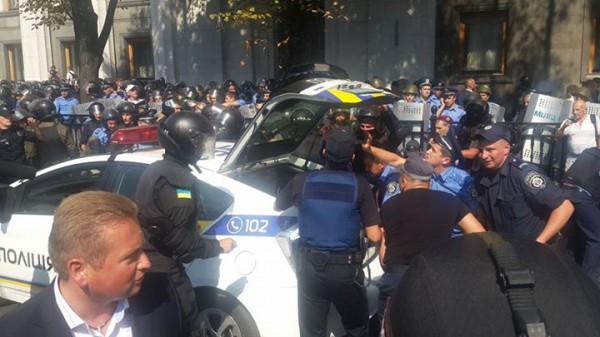 Раненых вывозят на полицейских авто