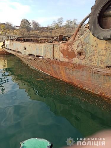 Вандалы воруют с судов на причале металл