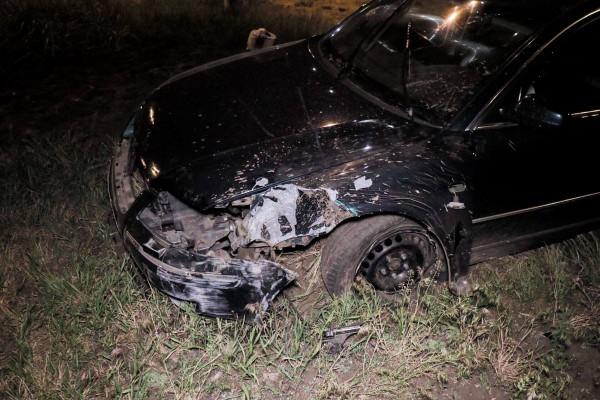 Автомобиль при ударе повредил левое крыло и бампер