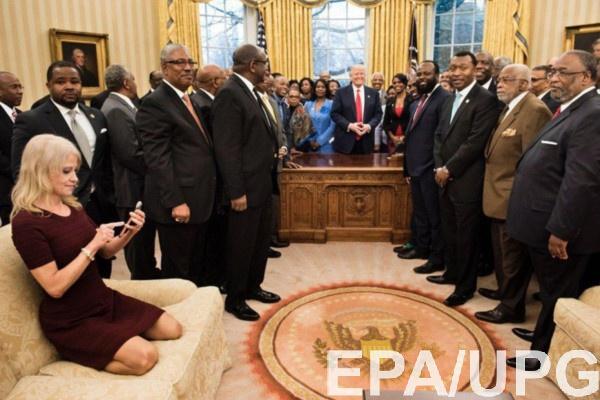 Развратная поза советника Трампа шокировала делегацию афроамериканцев
