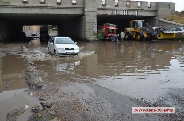 Машинам очень трудно проехать под мостом