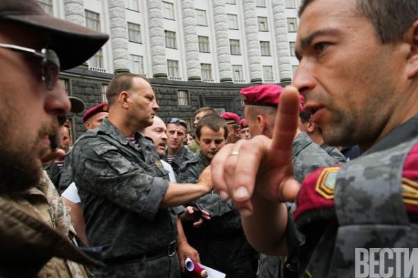 Военные пришли добиваться справедливости под здание Кабмина