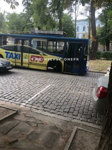 Троллейбус занесло на тротуар