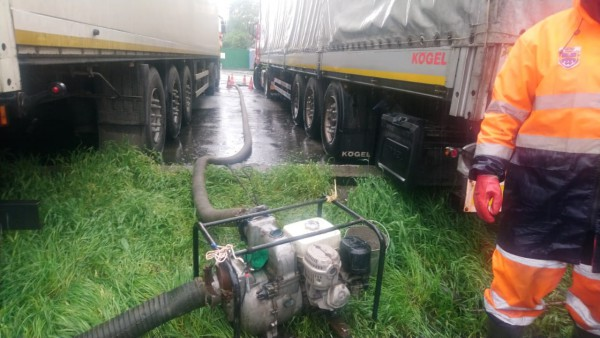Киеватодор откачивает воду с затопленных участков