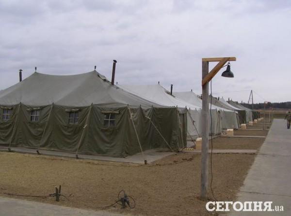 Часть рядовых и сержантов живут поле, в 28 палатках на 25 человек каждая