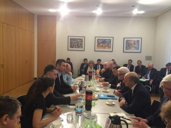 Кличко, Яценюк и Тягнибок ведут переговоры с иностранными министрами