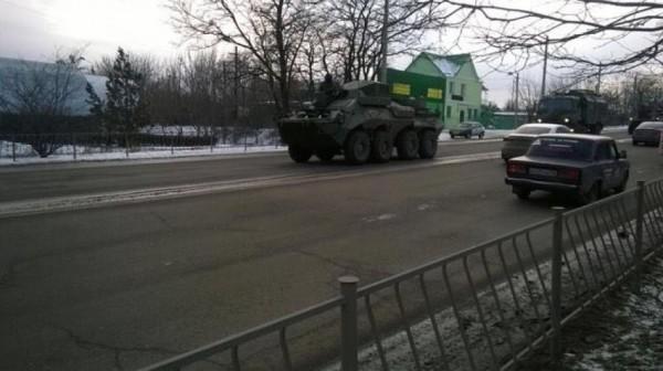 Воккупированный Симферополь въехала колонна военной техникиРФ