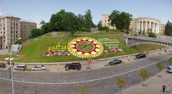 Цветочные часы на Майдане к христианскому празднику стилизировали