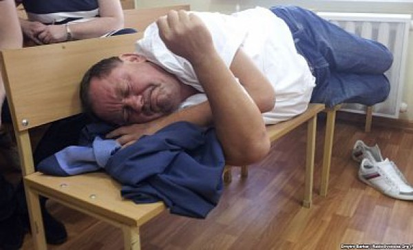 Петр Мельник в суде провел время с закрытыми глазами и не интересовался происходящим вокруг него