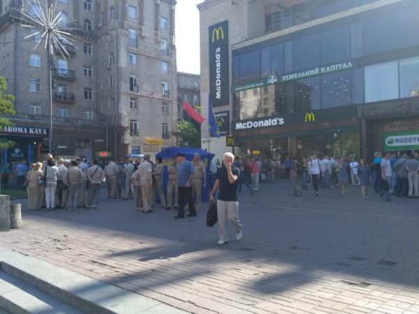 Возле станции метро Крещатик через дорогу от КГГА собираются сторонники поднятия цен
