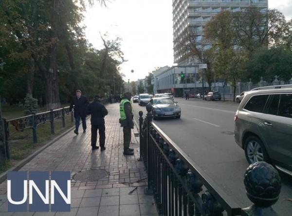 В том числе, правоохранители стоят вдоль Грушевского