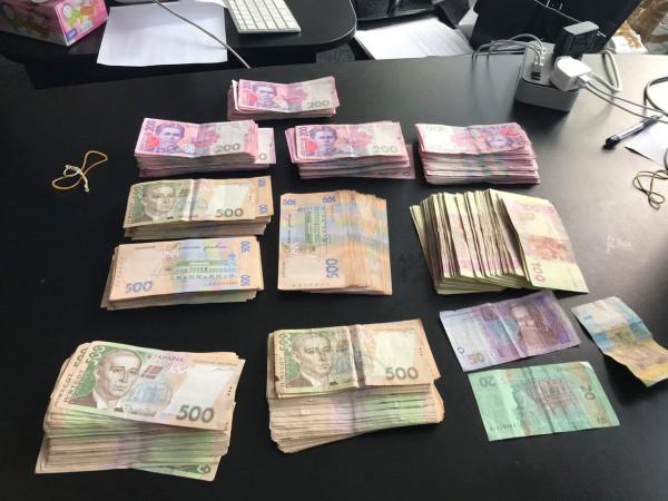 В декларациях мужчина указывал, что получает до 1 млн грн
