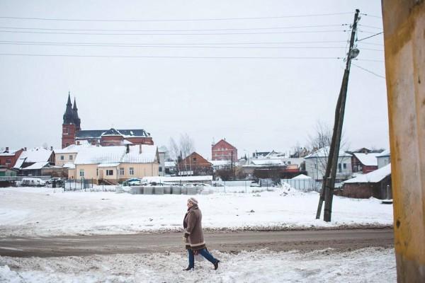 Женщина идет по улице в центре Резекне