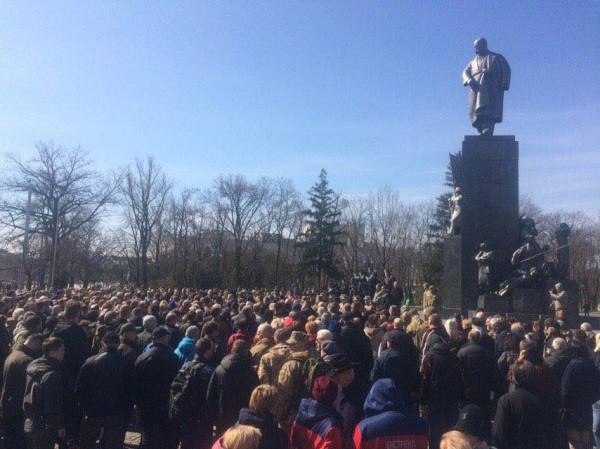 К памятнику, где проходит церемония, пришли около тысячи человек
