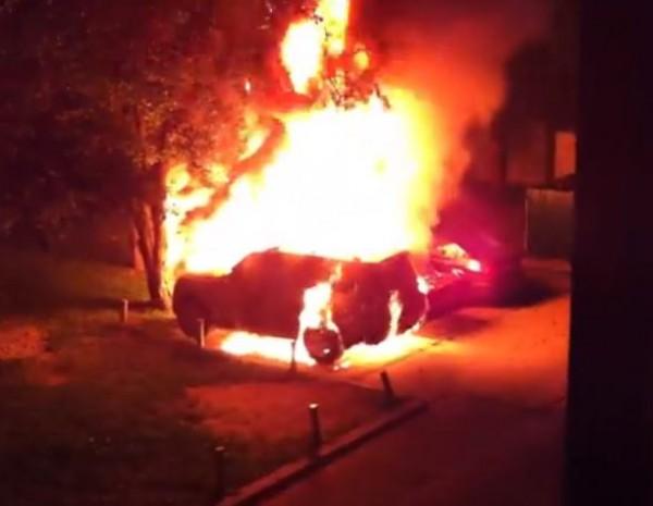Mitsubishi пылал, как факел, пока хозяин вызывал пожарных