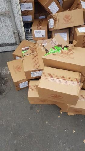Усатый прогрыз коробки, чтобы доставать себе конфеты