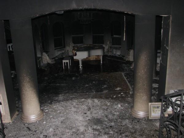 Белый рояль в холле