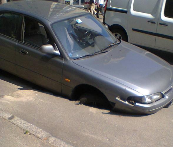 Автомобиль застрял в яме на ул. Гончара