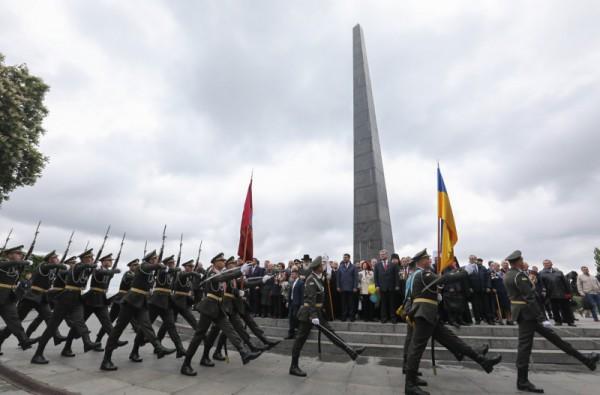 Завершил церемонию марш воинов Почетного караула