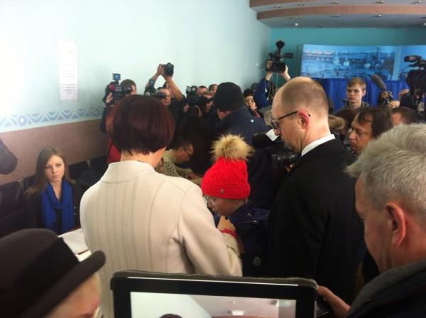 Выборы 2014: Яценюк голосует