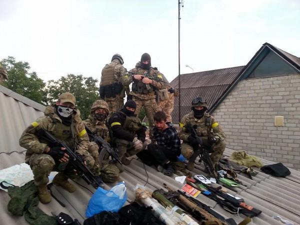 Разведка Азова, совместно с Альфой взяли диверсионную группу из 7 человек, которая готовила дальнейшие теракты в городе.  На фото