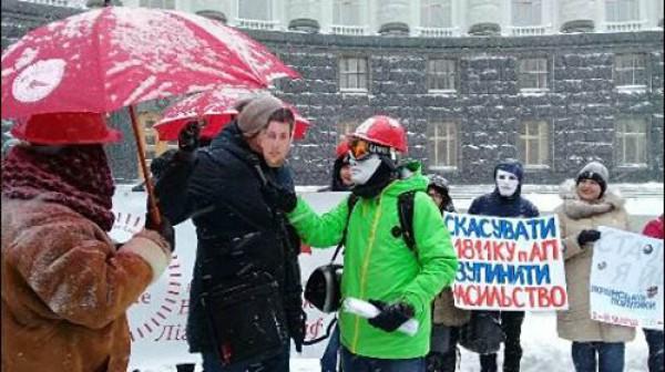 Один из митингующих был в маске премьера Гройсмана