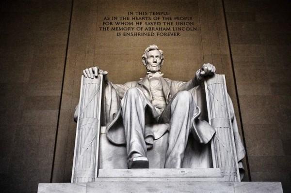 Житель Киргизии нацарапал свое имя на мемориале Линкольна