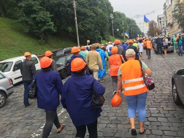 Люди идут к зданию Кабмина