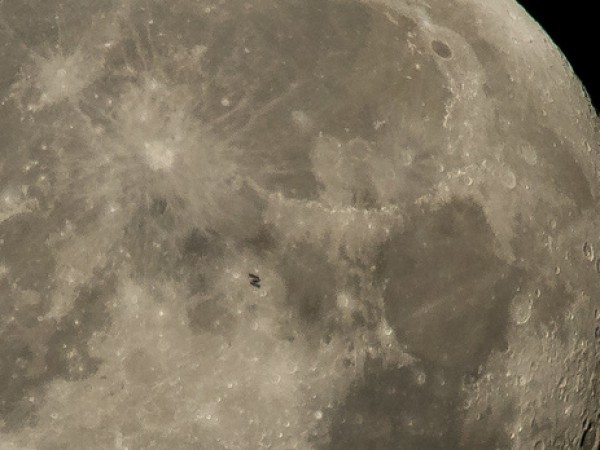 Фото МКС на фоне Луны