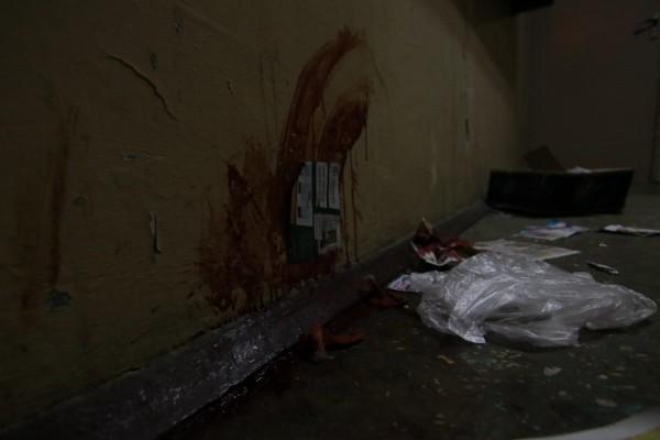 Следы крови на стенах парадного