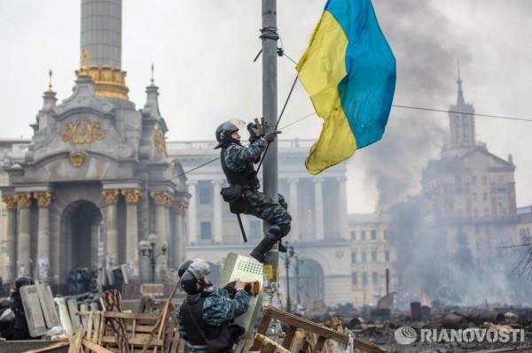 Беркутовец снимает флаг Украины