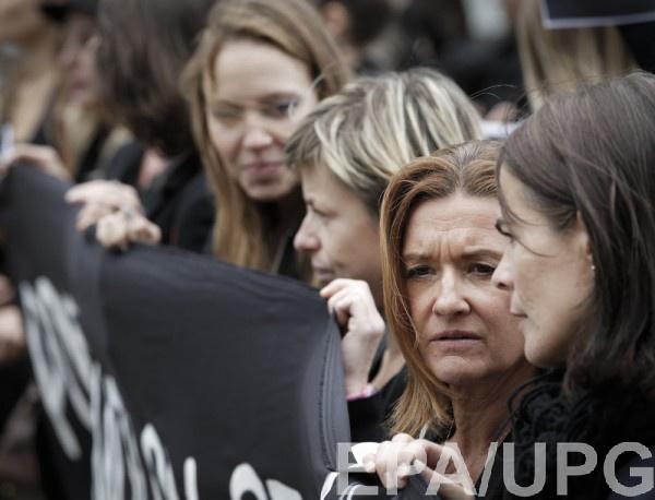 ВПольше десятки тысяч женщин вчерном вышли наулицы
