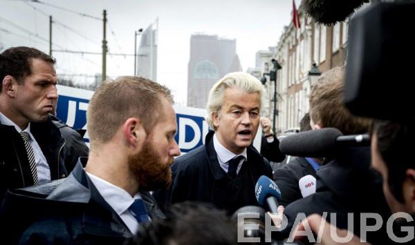 Герт Вилдерс у здания посольства Турции на акции протеста 8 марта
