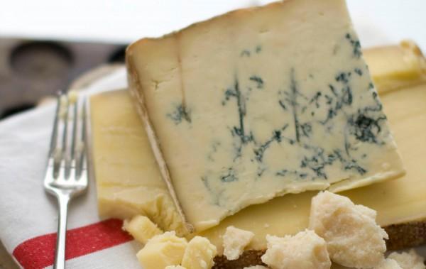 Ученые рекомендуют потреблять 30-50 граммов сыра с плесенью в день