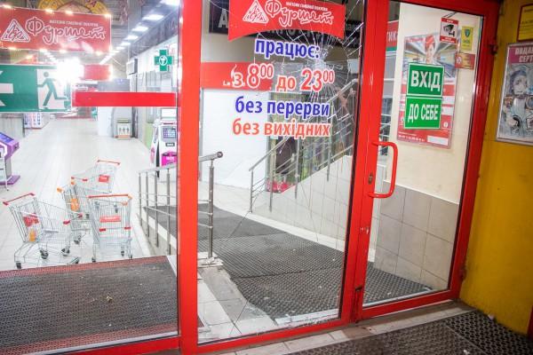 Пострадавший разбил витрину магазина