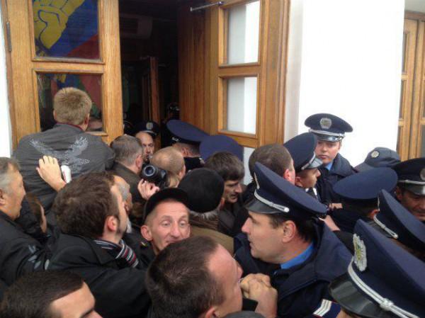 В Полтаве митингующие штурмовали горсовет